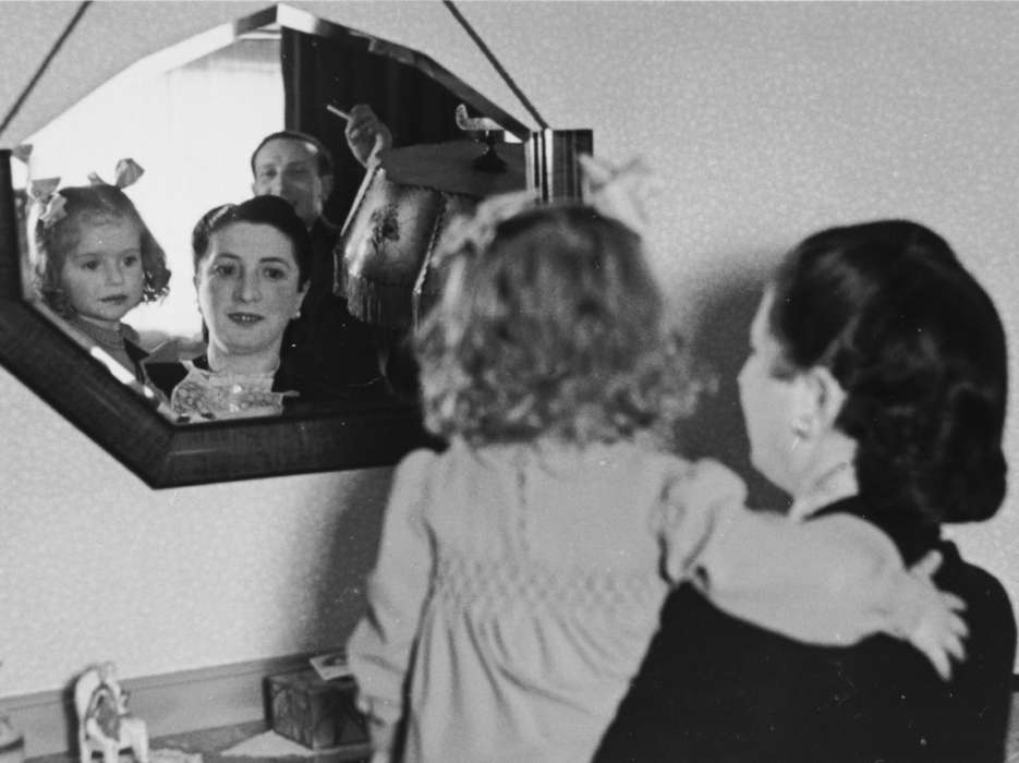 Gitel Münzer and her daughter, Leana, look at themselves in a mirror in their home in The Hague. Leana later perished in Auschwitz.