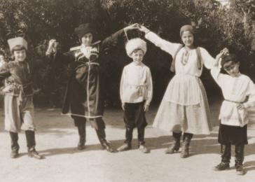 Jewish children from Salonika pose in folk costumes (prewar). <i>US Holocaust Memorial Museum, courtesy of Oro Benveniste</i>