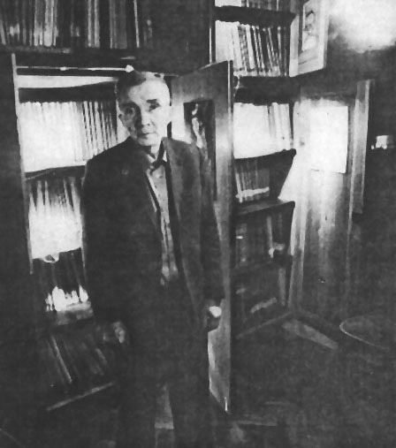 Aleksander Kulisiewicz, standing in front of his collection, ca. 1970.