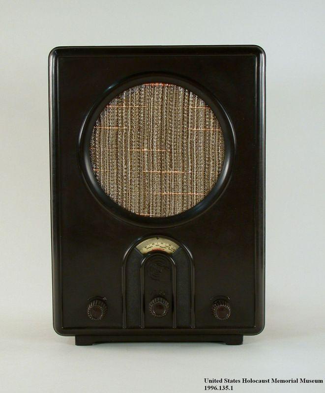 1996.135.1 front Volksempfaenger radio