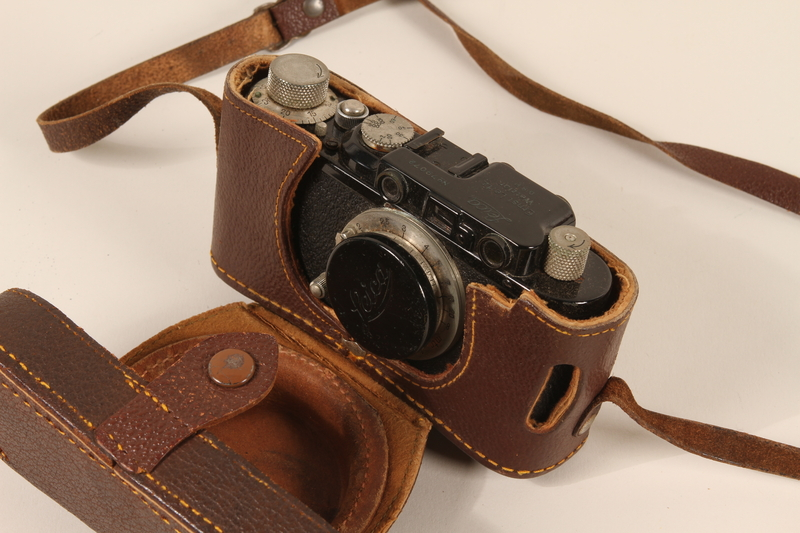 1996.19.30_a-b open Leica camera and leather camera case