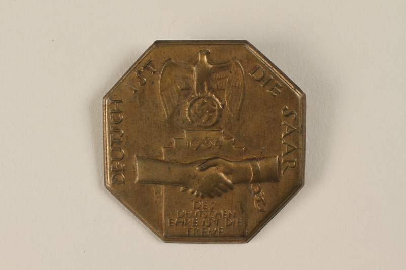 1996.75.29 front Nazi pro-unification badge issued prior to the Saar territory plebiscite
