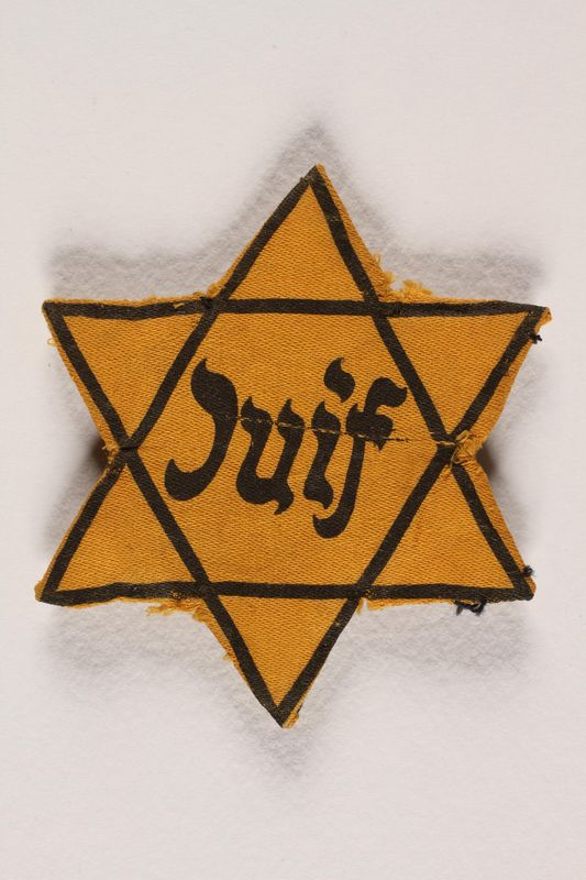 1989.45.1 front Star of David badge with Juif printed in the center