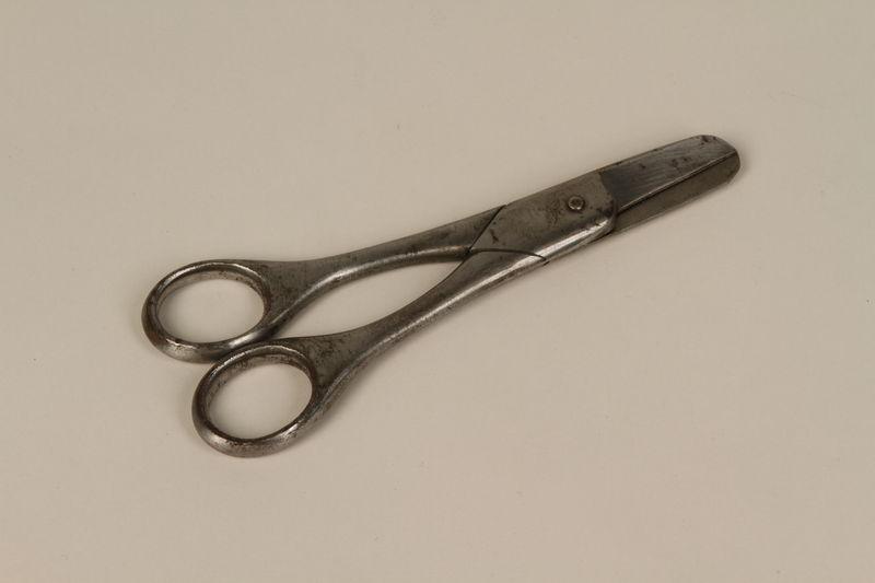 2000.242.28 front Medical instrument