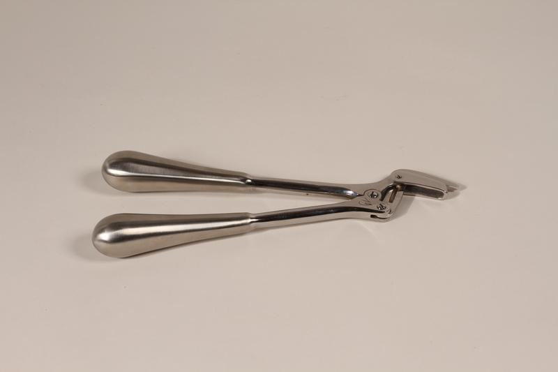 2000.242.8 front Medical instrument