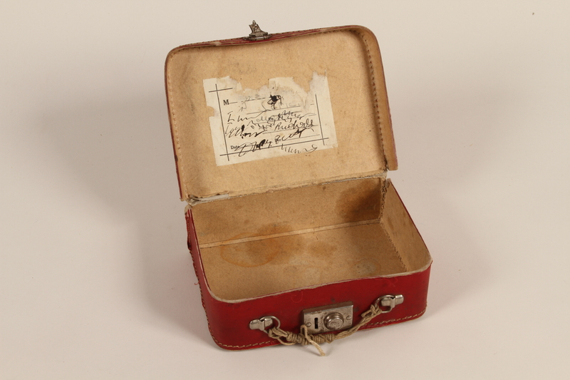 2000.265.1 open Small suitcase carried by a Jewish boy from Berlin to England on a Kindertransport