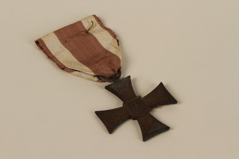 2009.196.3_a front Krzyz Walecznych (Cross of Valor) medal and presentation box awarded to a Jewish conscript in the Soviet Army