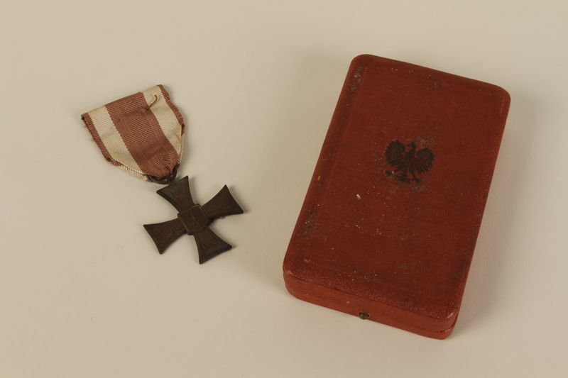 2009.196.3_a-b front Krzyz Walecznych (Cross of Valor) medal and presentation box awarded to a Jewish conscript in the Soviet Army