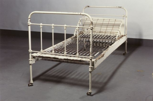 1990.36.29 front Sachsenberg psychiatric asylum bed