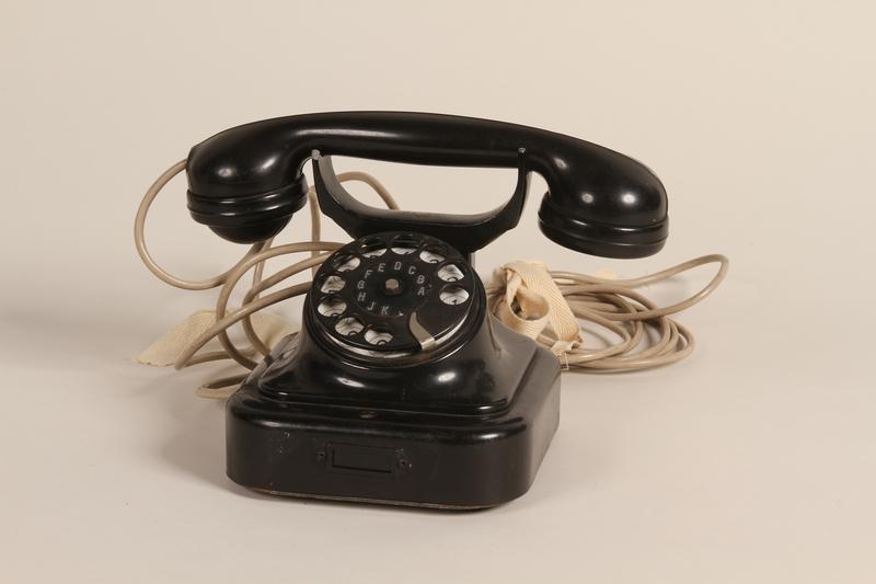 1990.79.1 front Deutsche Reichspost W28 model desktop rotary phone