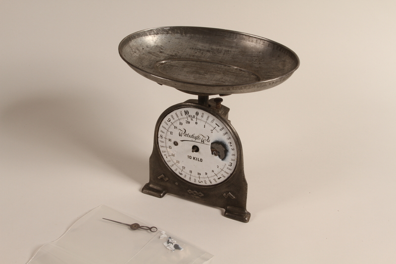 1990.79.2 front 10 kilo economic spring balance scale with a weighing pan