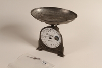 1990.79.2 front 10 kilo economic spring balance scale with a weighing pan  Click to enlarge