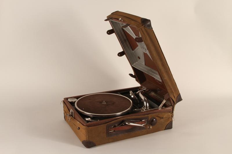 1990.82.2.1_a-b open Phonograph made by Konrad Kaim and Son in prewar Lwow