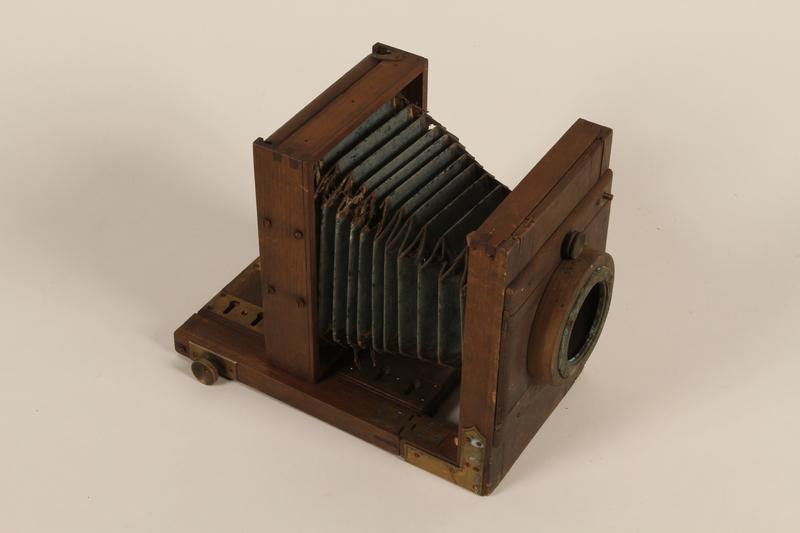 1990.83.2 open Rear focusing wooden Reisekamera with rotating bellows