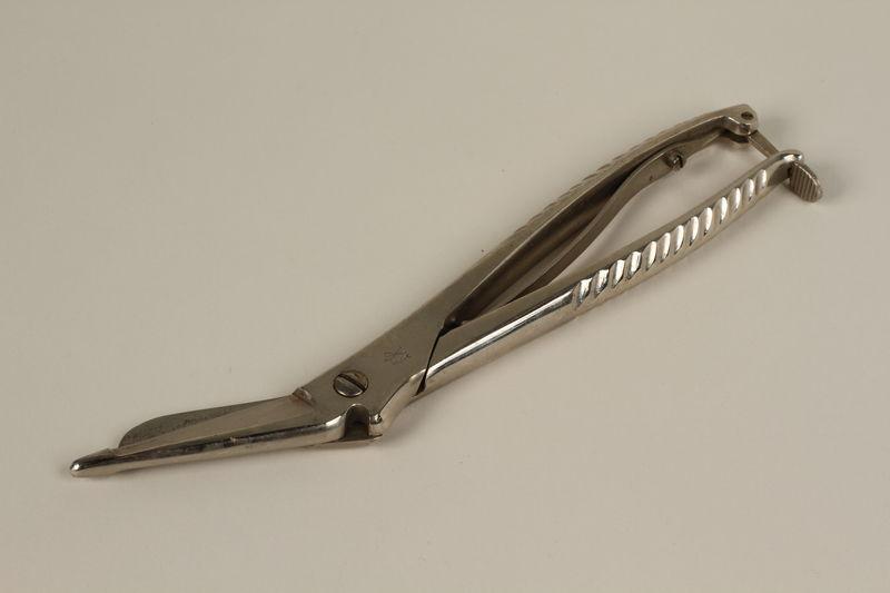 1990.88.10_a front Medical scissors
