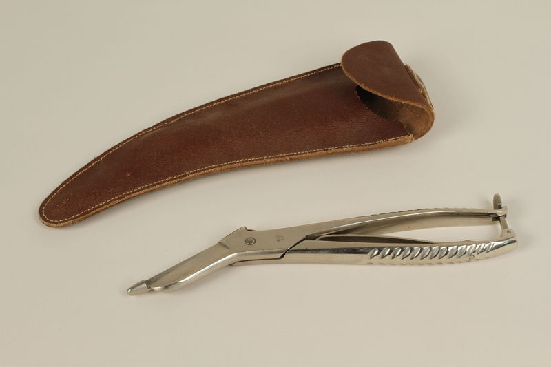 1990.88.10_a-b front Medical scissors and case