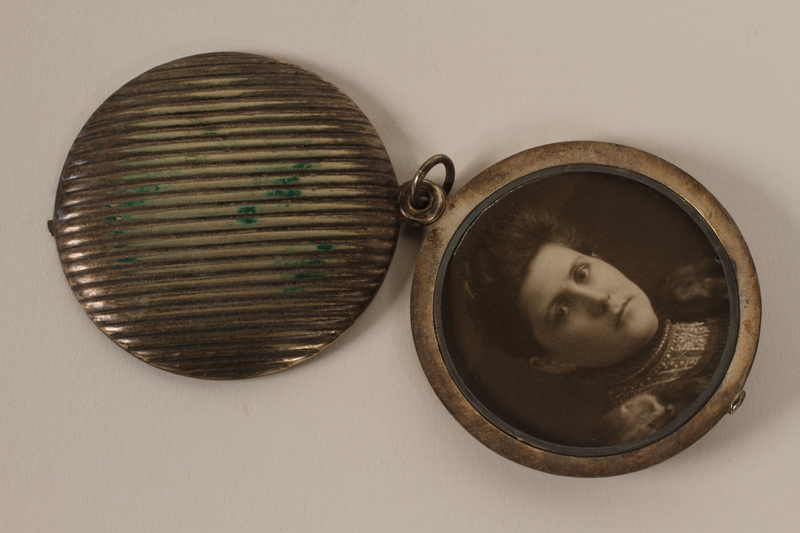2001.62.5 front opened Locket