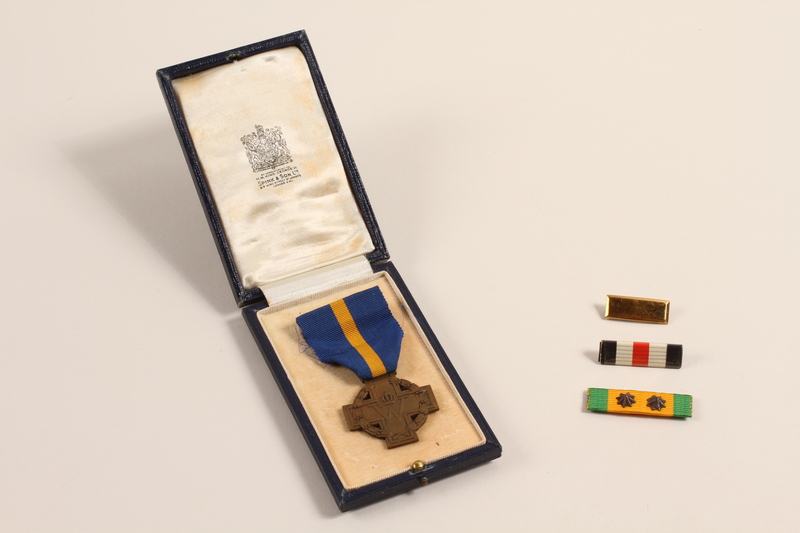 2002.22.3_a-e front Cross of Merit medal, ribbons, and pins awarded to a Dutch Jewish soldier, Prinses Irene Brigade
