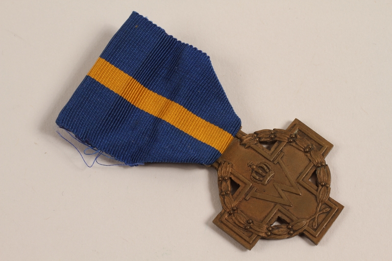 2002.22.3_a front Cross of Merit medal, ribbons, and pins awarded to a Dutch Jewish soldier, Prinses Irene Brigade