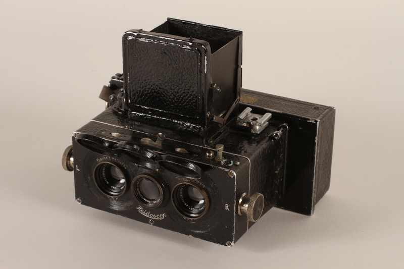 2011.432.3_a open Heidoscop stereoscopic camera and case used by Hitler's personal photographer