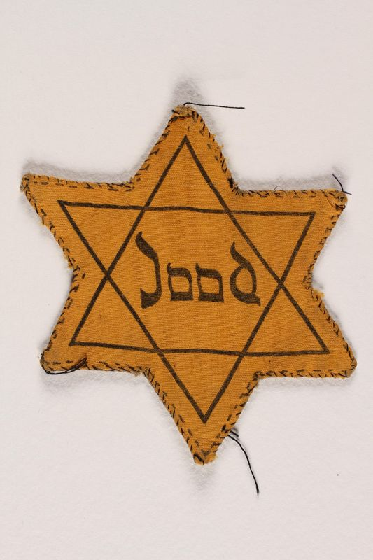1995.A.0300.2 front Star of David badge, yellow with the word Jood, Dutch for Jew