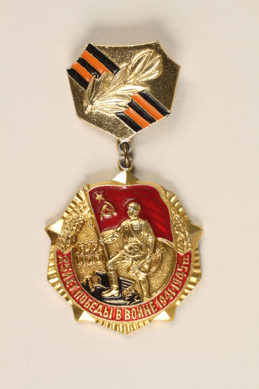 2003.449.5 front Badge awarded to a Soviet veteran for the 25th anniversary of victory over Germany