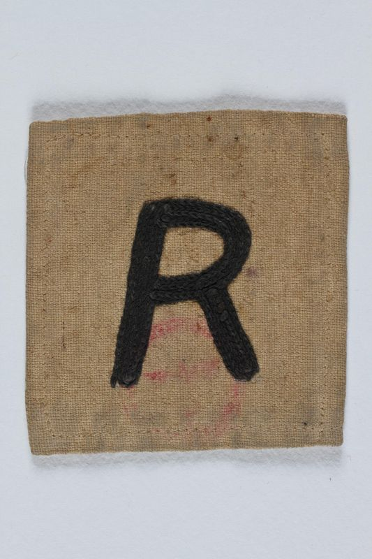 2004.706.7 front Cloth badge with an R for Rustung (Armament) worn by a Polish Jewish worker in Beskiden labor camp