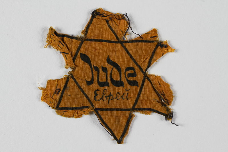 2002.131.4 front Star of David badge with Jude and еврей printed in the center