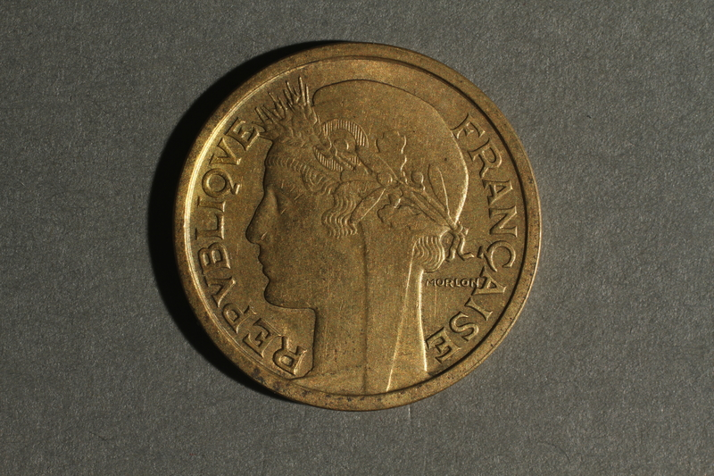 1988.106.1.4 front France currency, 1 franc coin