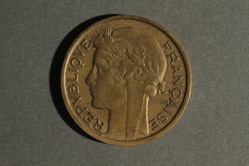 1988.106.1.5 front France currency, 2 franc coin