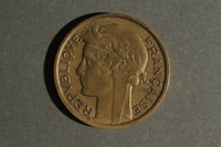 1988.106.1.5 front France currency, 2 franc coin  Click to enlarge