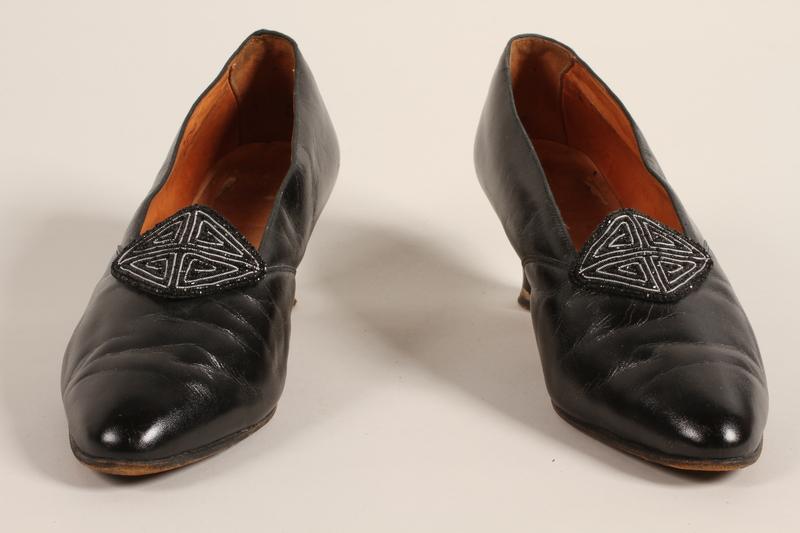 1989.246.9_a-b front Shoes
