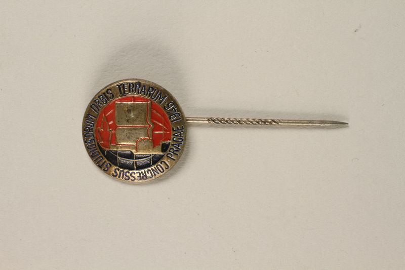 2004.692.2 front Enameled stickpin for the Studiosorum World Congress owned by a former Czech Jewish soldier