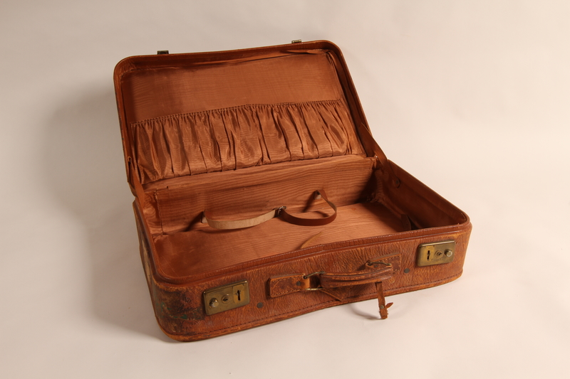 2105.501.2 open Suitcase used by German Jewish refugee family
