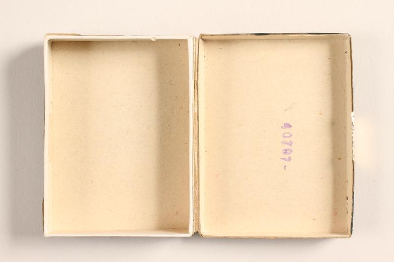 2004.614.2 open Pastilles au Menthol-Cocaine-Borax box