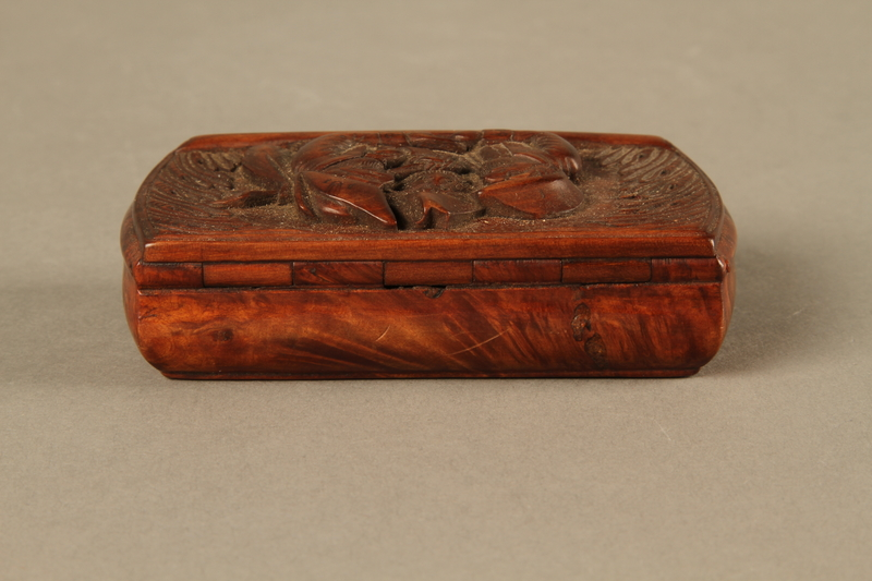 2016.184.43 back Carved rosewood snuff box with an image of three Jewish hareskin dealers
