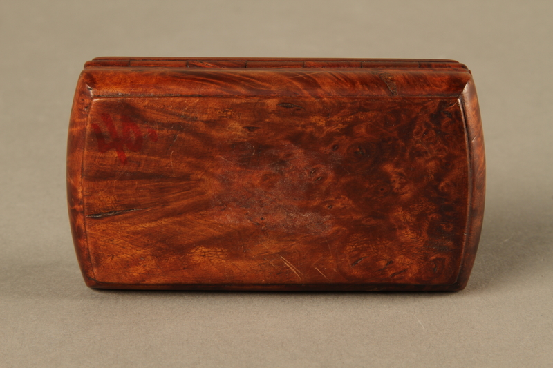 2016.184.43 bottom Carved rosewood snuff box with an image of three Jewish hareskin dealers