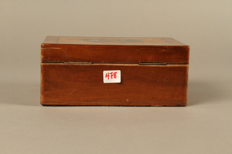 2016.184.532 back Wooden cigar box with an image of gossiping, stereotypical Jewish peddlers