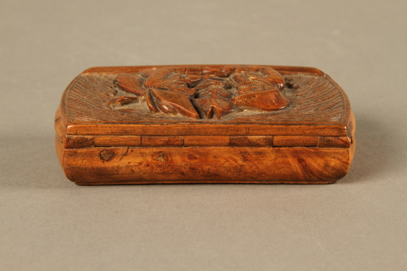 2016.184.606 back Carved snuff box with a carving of three Jewish hareskin dealers