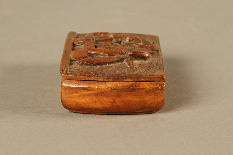 2016.184.606 left side Carved snuff box with a carving of three Jewish hareskin dealers
