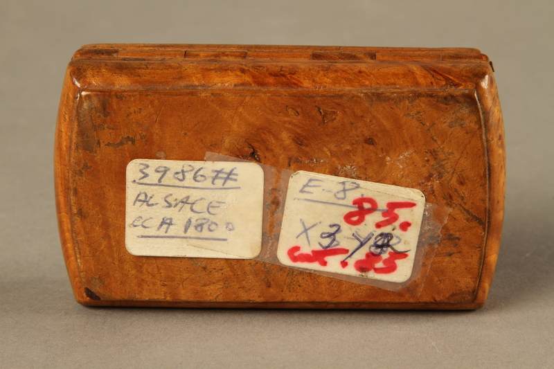 2016.184.606 bottom Carved snuff box with a carving of three Jewish hareskin dealers