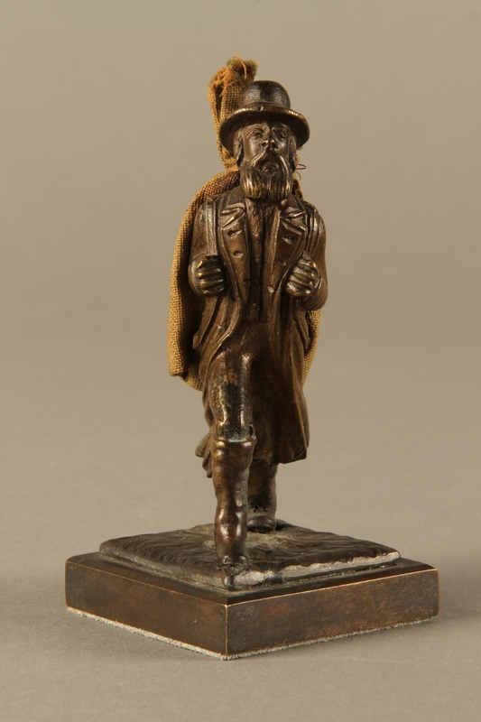 2016.184.611 front Bronze figurine of a Jewish peddler with a burlap sack