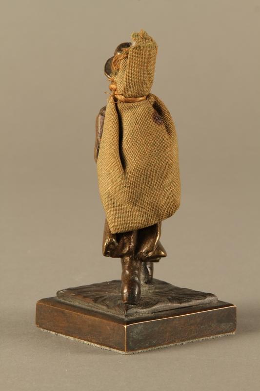 2016.184.611 back Bronze figurine of a Jewish peddler with a burlap sack