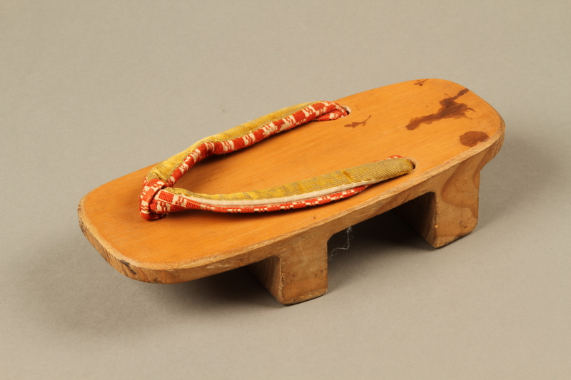 2017.513.3_b 3/4 view Pair of Japanese geta owned by a Lithuanian Jewish refugee in the Shanghai Ghetto