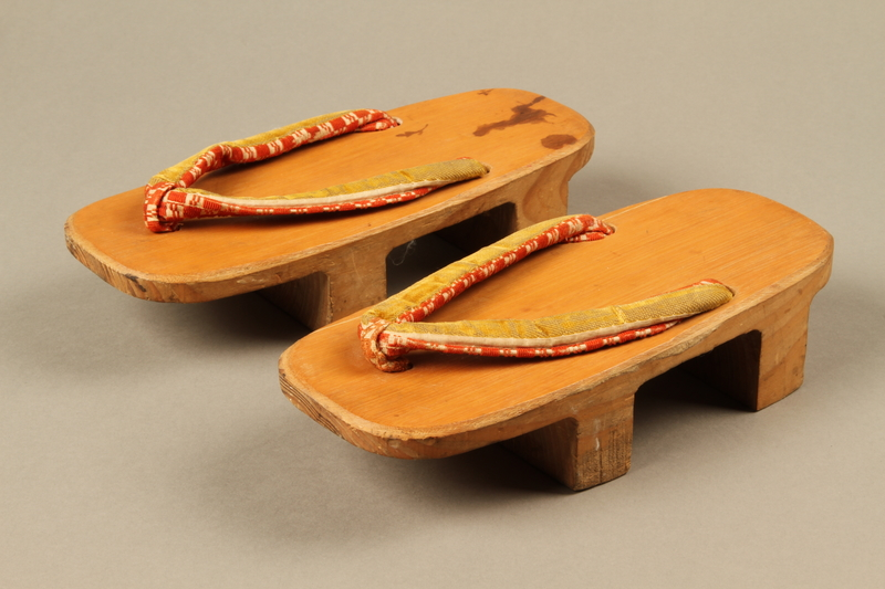 2017.513.3_a-b 3/4 view Pair of Japanese geta owned by a Lithuanian Jewish refugee in the Shanghai Ghetto