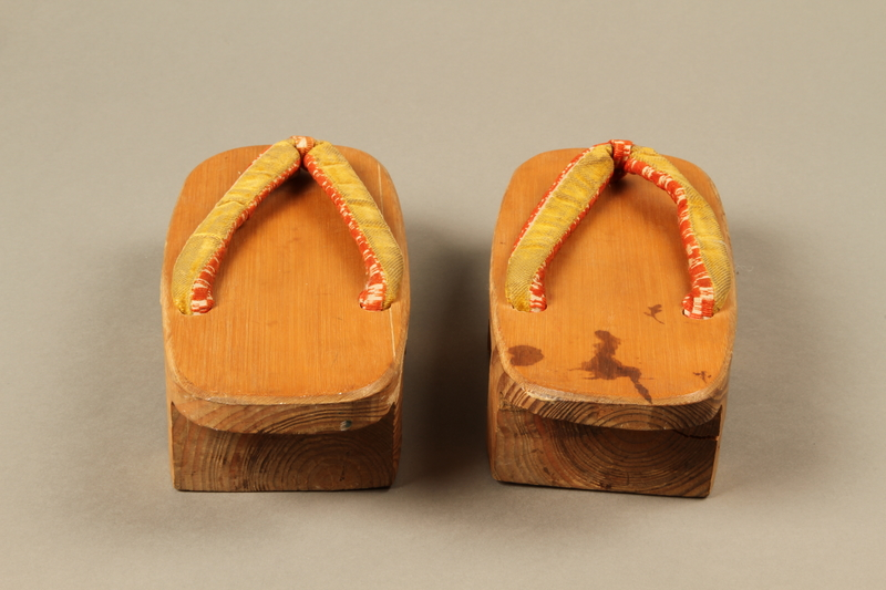 2017.513.3_a-b back Pair of Japanese geta owned by a Lithuanian Jewish refugee in the Shanghai Ghetto