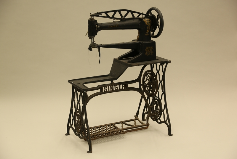 1990.285.7_a-b 3/4 view Singer treadle sewing machine of the type used by a cobbler in Łódź Ghetto