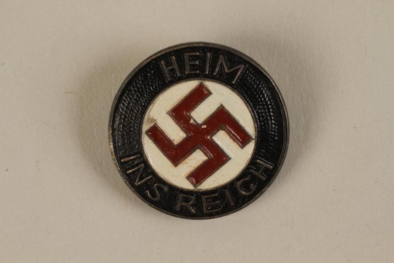 1992.127.13.1 front Swastika lapel pin