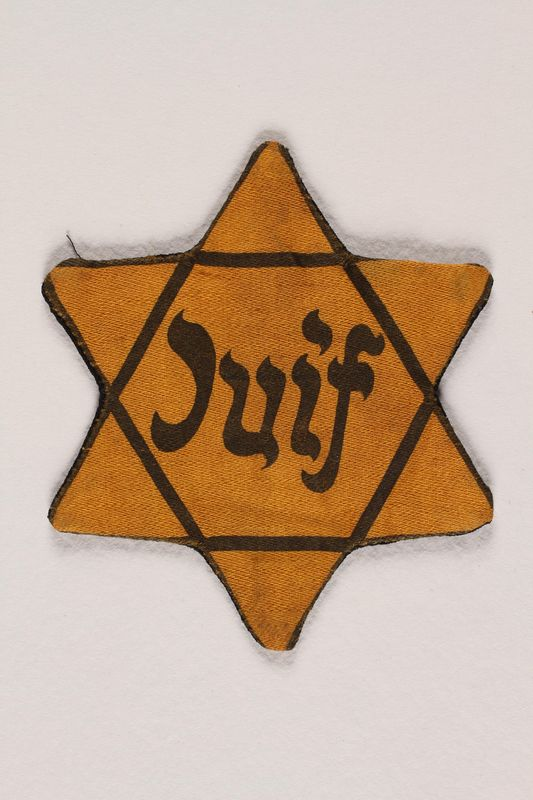 1992.19.1 front Star of David badge with Juif printed in the center