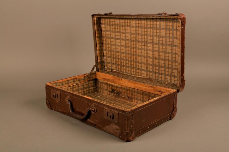 2019.107.2 3/4 open Suitcase